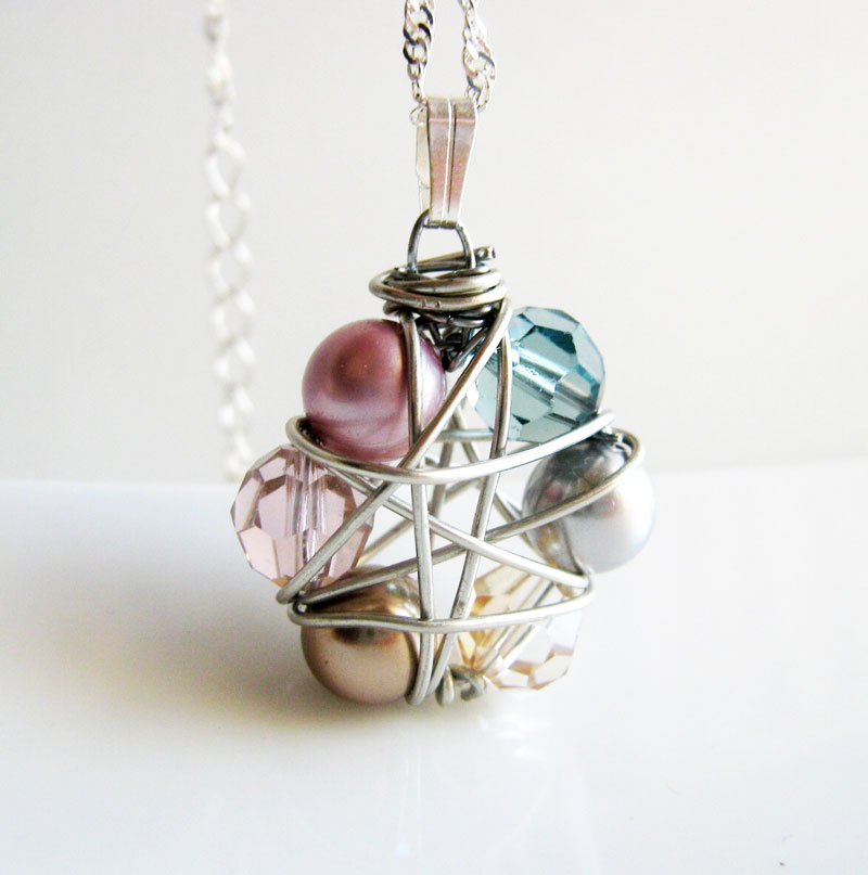Click to learn how to make simple wire wrapped pendants - tutorial for beginners. These easy jewelry making wire wrapping ideas have a boho vibe and are perfect for learning new techniques - even if you know nothing!