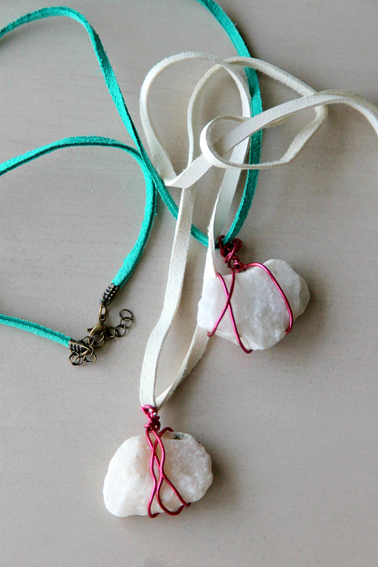 I Ve Always Loved Wire Wrapping Rocks Found So Was Excited To Find This Diy Wrapped Rock Necklace Tutorial From Mom Dot