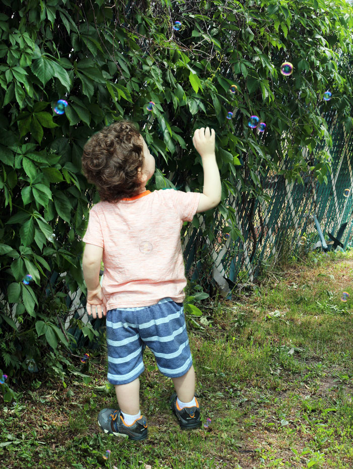 outdoor-activities-for-toddlers-bubbles-2