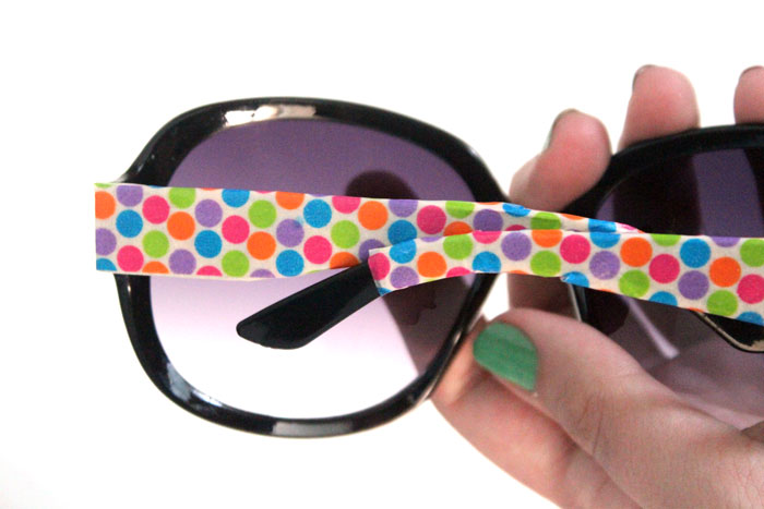 Decorate sunglasses to make a cheap, chic glam pair! This five minute craft is easy and inexpensive and a perfect craft for teens and tweens.