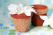 Make these beautiful, textured DIY flower pots in very little time! This easy, frugal craft will is so doable...