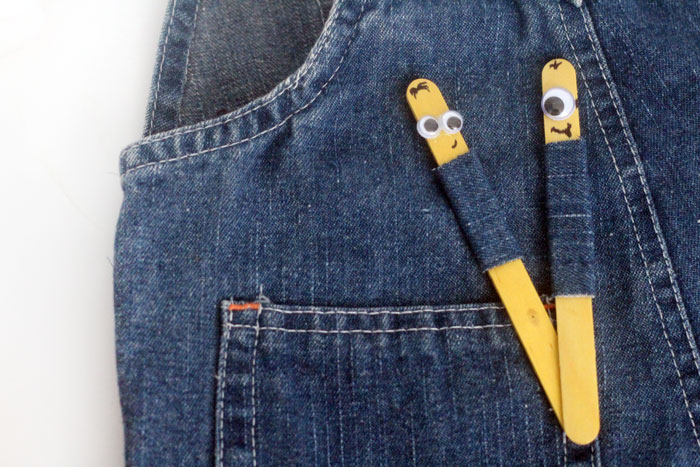 How ADORABLE are these DIY minion puppets crafts? I think they are precious - and so easy to make! They are a perfect, easy party craft for kids!