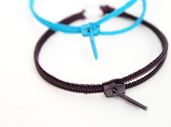 Make this adorable DIY zipper bracelet to wear or to gift! An amazing beginner sewing and jewelry making craft for teens and tweens!