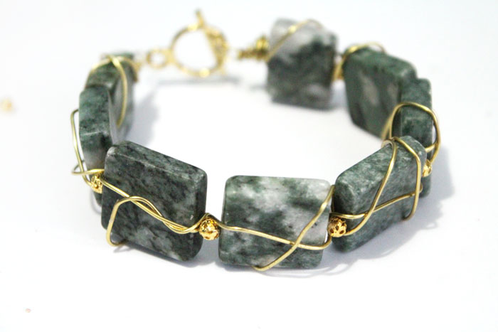 Wow - isn't this DIY wire wrapped bracelet beautiful? It's such a great DIY holiday gift for women, and is a great beginner jewelry making tutorial!