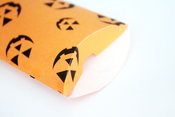 Can you believe that you can print these Halloween treat boxes for free?! Click to access these free printable Jack O Lantern pillow boxes!