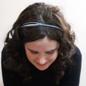 OMG I love this adorable DIY zipper headbands - you can even make a few and stack them. It's such a cheap DIY gift for teens, or anyone who loves fashion accessories.
