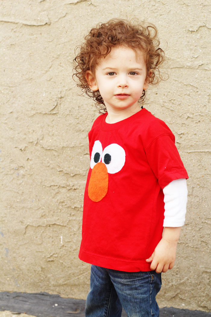 Mae an adorable DIY no sew Elmo tee shirt for your toddler! Perfect craft for an Elmo or Sesame Street themed party, or to give as a gift.