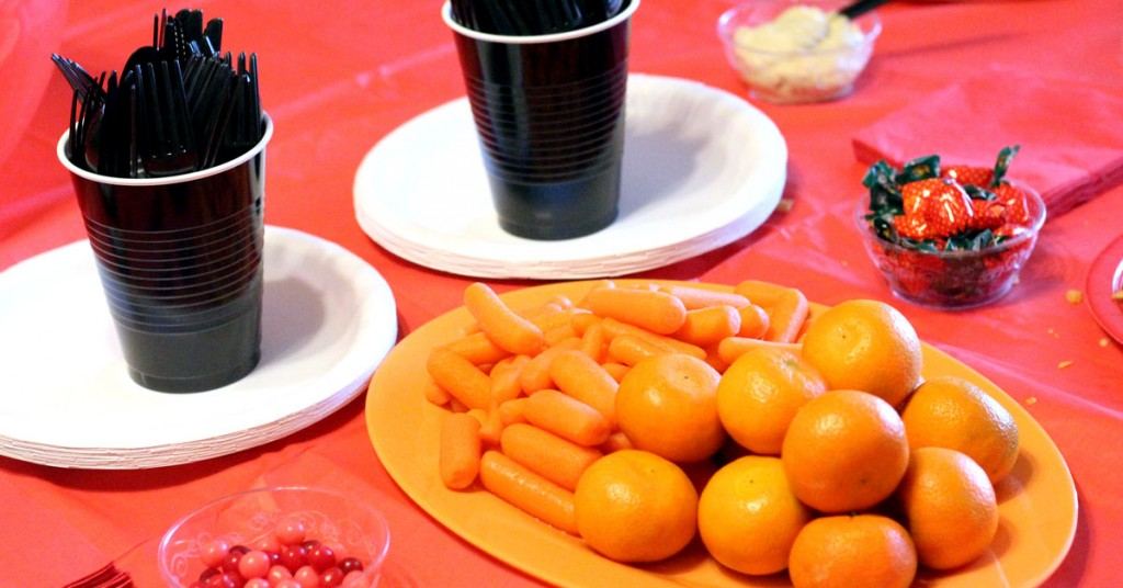 Elmo tablescape | I LOVE these Elmo birthday party ideas - the tablescape is so cool! An Elmo theme is perfect for a first birthday party, or even second or third toddler birthdays. Check out this list of easy ideas.