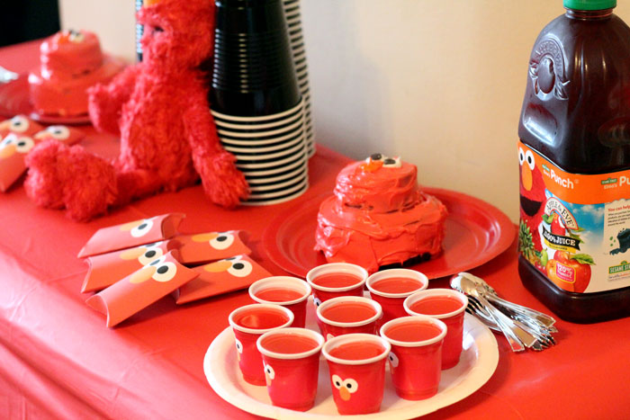 Elmo sweet table | I LOVE these Elmo birthday party ideas - the tablescape is so cool! An Elmo theme is perfect for a first birthday party, or even second or third toddler birthdays. Check out this list of easy ideas.