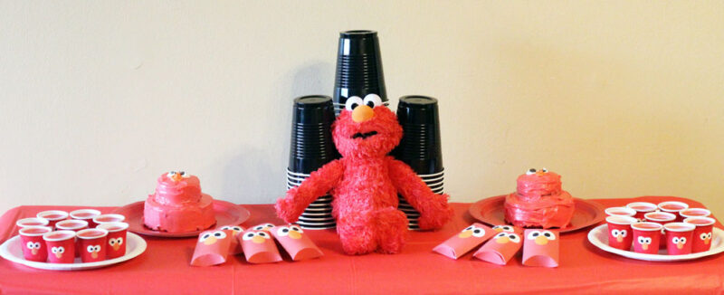 Elmo sweet table |I LOVE these Elmo birthday party ideas - the tablescape is so cool! An Elmo theme is perfect for a first birthday party, or even second or third toddler birthdays. Check out this list of easy ideas.