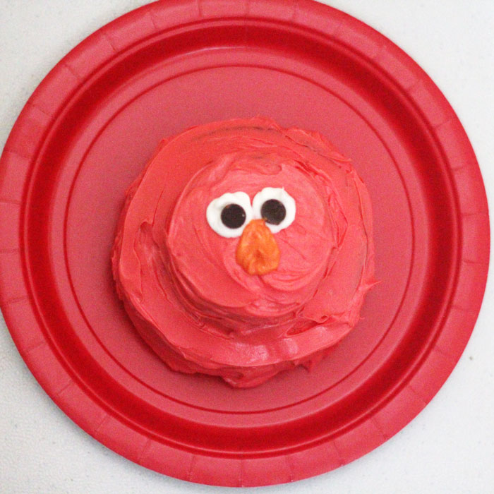 Mini Elmo cake | I LOVE these Elmo birthday party ideas - the tablescape is so cool! An Elmo theme is perfect for a first birthday party, or even second or third toddler birthdays. Check out this list of easy ideas.