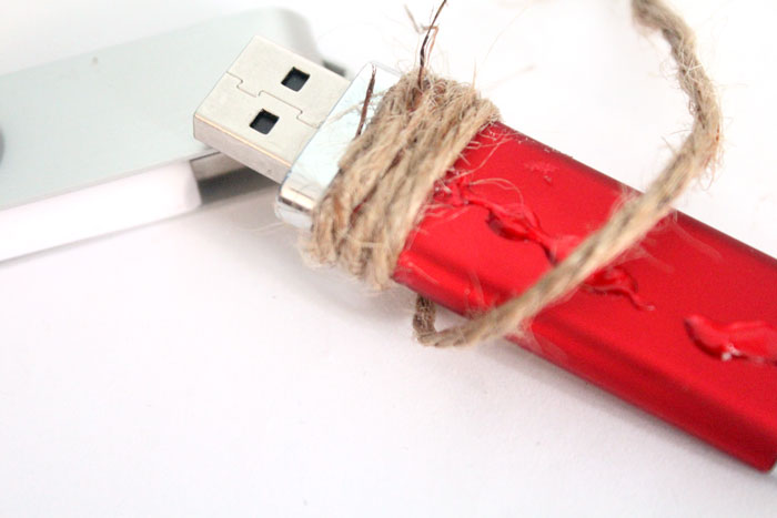 Make these super easy color blocked twine flash drives - what a great DIY gift idea for men!