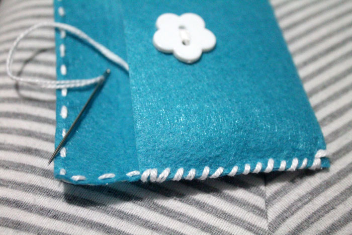 Upgrade your gifts with easy DIY felt gift card pouches! These simple envelopes are perfect beginner sewing crafts for kids, teens, and tweens, and require no prior experience or equipment!