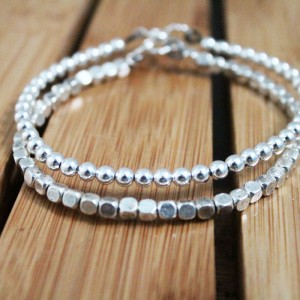 How to make simple beaded bangles - you won't believe how easy and ELEGANT this jewelry making tutorial is! A perfect DIY craft idea for teens, tweens, and grown-ups.