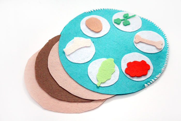 Make an easy interactive felt seder plate craft for toddlers to play with! This DIY toy for Pesach or Passover is easy to make and perfect for pretend play to celebrate the Jewish holiday.