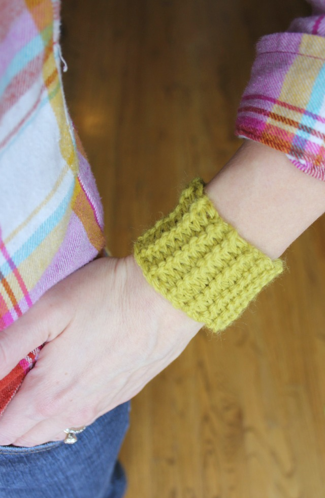 Do you think that knitting has passed its prime? Not true!! These 18 knitting projects for teens and tweens will prove that knitting IS cool! These knit crafts include home decor, accessories, and more!