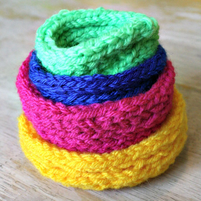 Make a lovely set of knit stacking bowls to organize your surface and hold trinkets, change, keys and more! It's perfect for toiletries, to spice up your bathroom decor, and more.