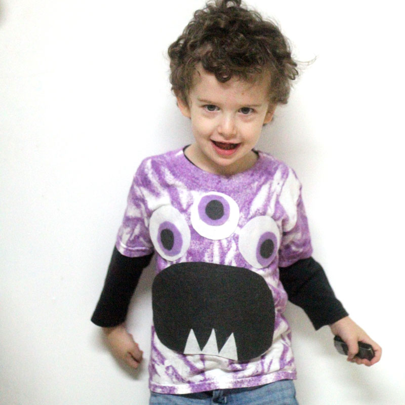 Make this quick and easy adorable DIY monster t-shirt! I love the purple tie die and it's a great DIY tee for toddlers and preschoolers. This felt monster shirt for kids is an awesome and easy shirt idea to try and a great way to upcycle an old stained tee.