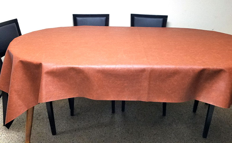 A faux leather table cloth - how brilliant is that?! Make this super easy & DIY Leatherette Tablecloth - No Sew Tutorial! * Moms and Crafters