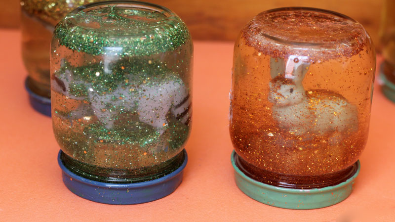 Make a magnificent fall globe - an easy autumn craft for kids using Safari Ltd toy animals, baby food jars, and more (adult supervision required)! This beautiful calming jar is a cool DIY toy that's a take on the classic snow globe and so easy to make!