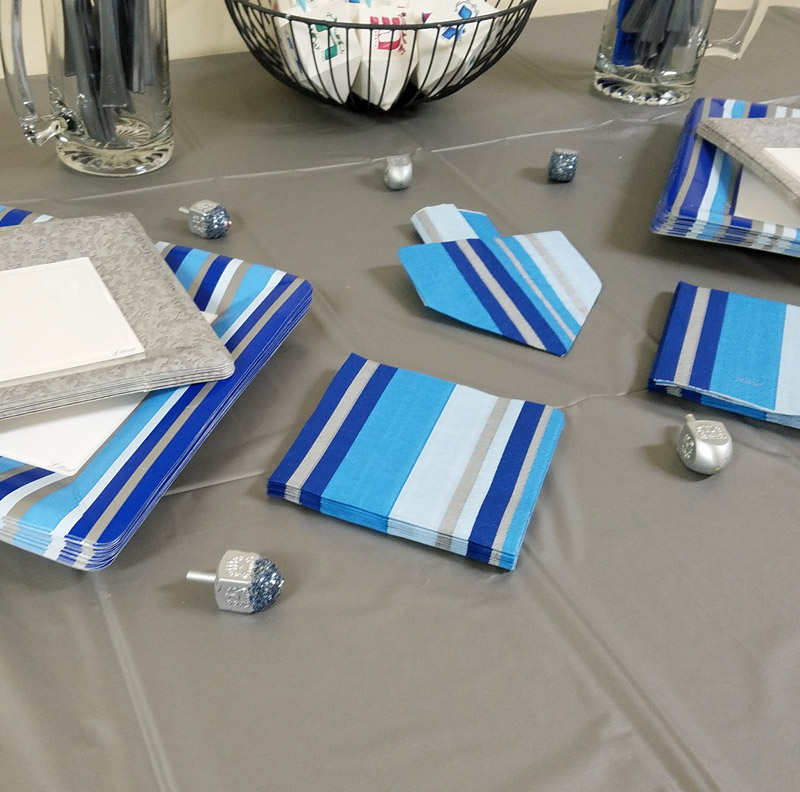I love this dreidel napkin fold tutorial - what a great idea for a Hanukkah tablescape? I love this decoration for a chanukah party - I set my table like this too. #Hanukkah #chanukah