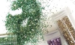 If you love crafting with glitter but want an eco friendly glitter option, these biodegradable glitter ideas inclde some glitters and glitter alternatives. #glitter #teencrafts #ecofriendly