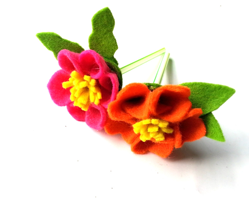 DIY felt flowers with a felt flower template download - free pattern!