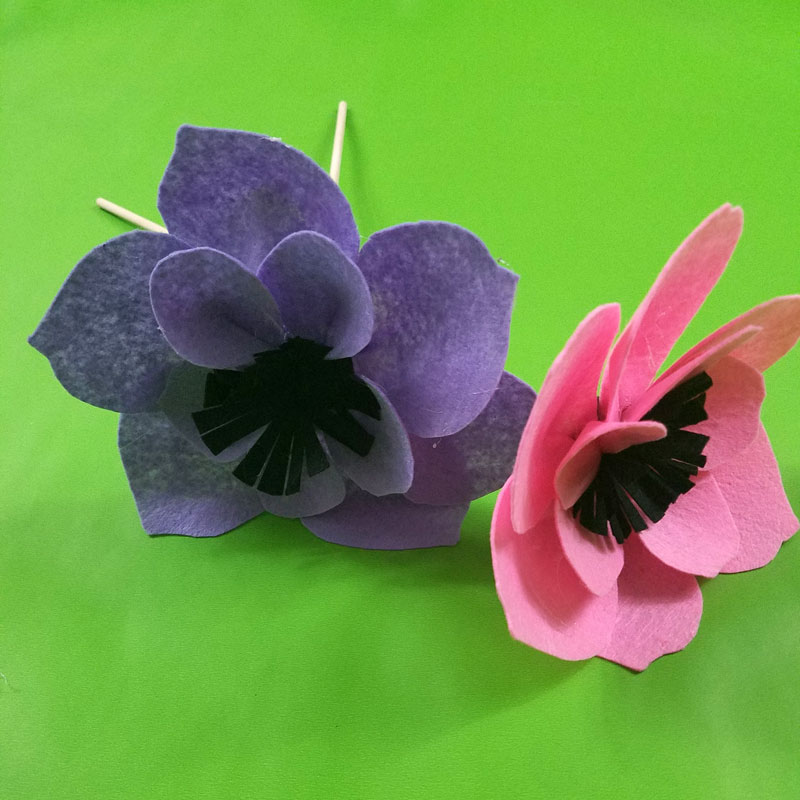 Learn how to make felt flowers with a simple template and tutorial!