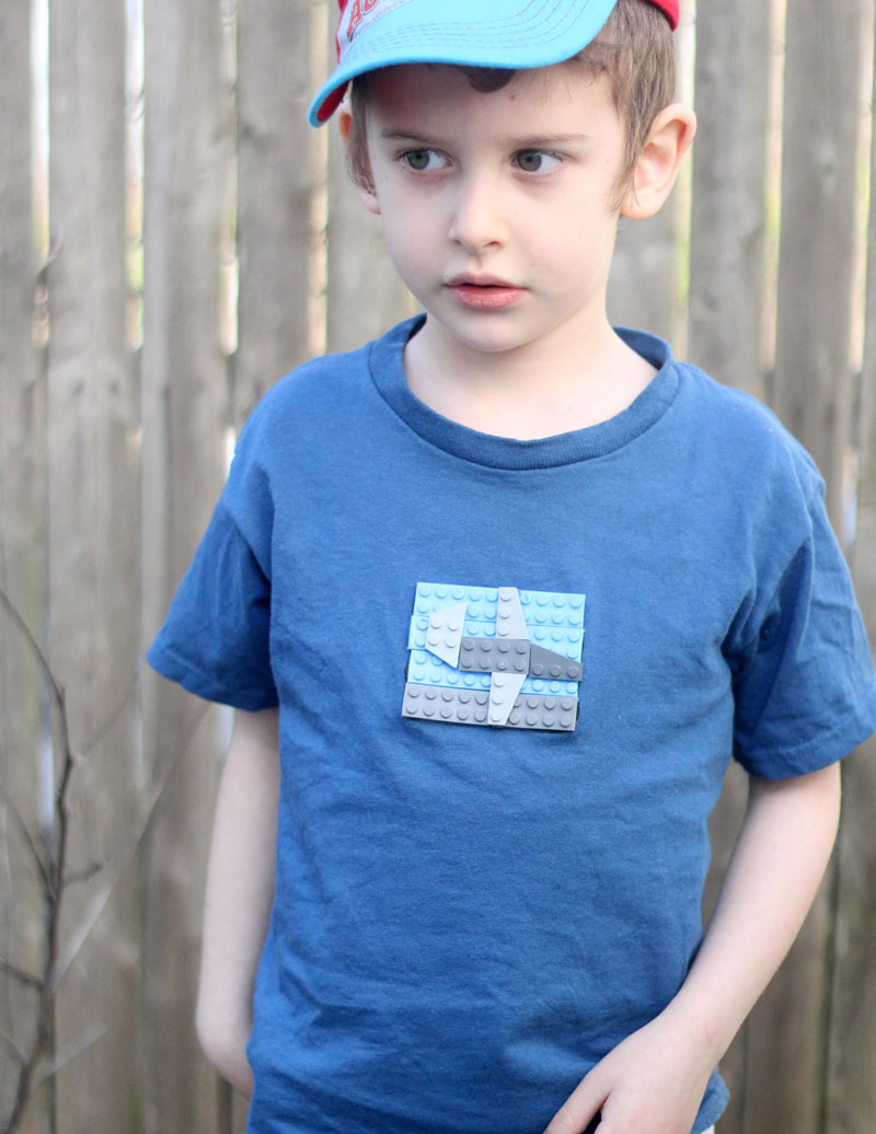 Click for an adorable craft using LEGO bricks to make a DIY LEGOs t-shirt!