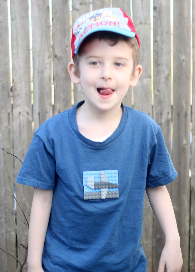 If you have a LEGO fan in your house, you'll want to create this cool airplane LEGOs t-shirt for him or her, using actual LEGO bricks!