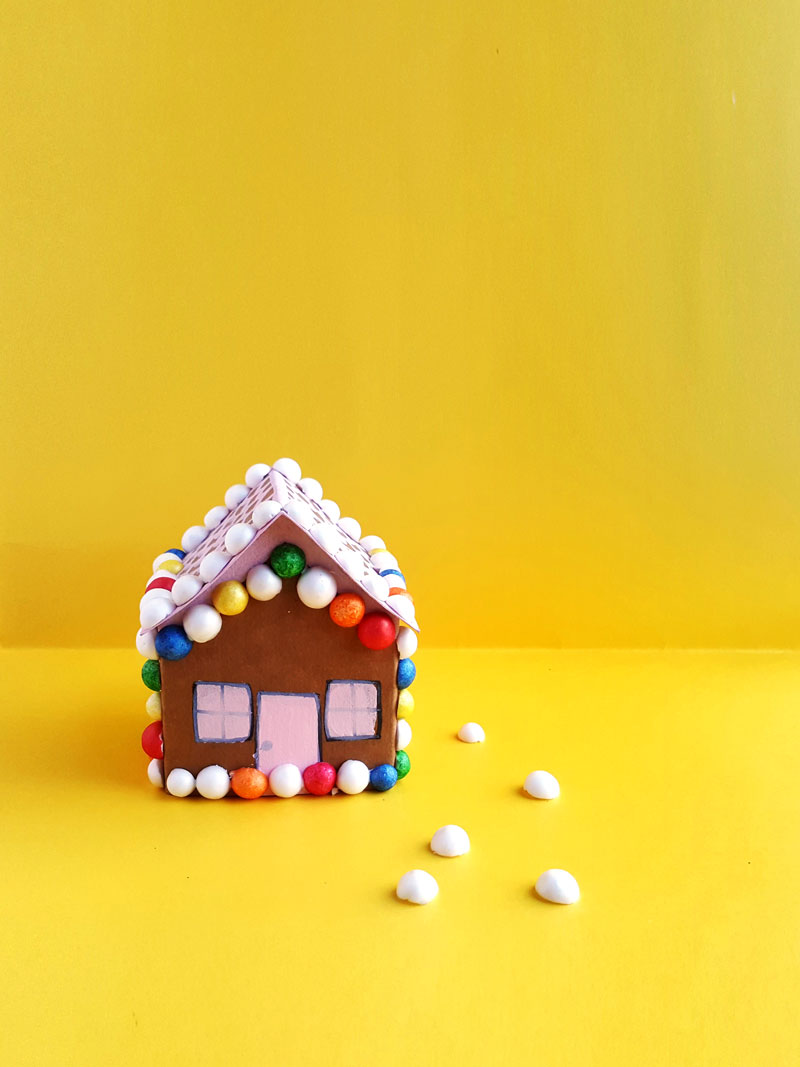 Looking for a fun gingerbread house paper craft templaet? This Christmas gingerbread house craft for kids is so much fun and so easy!
