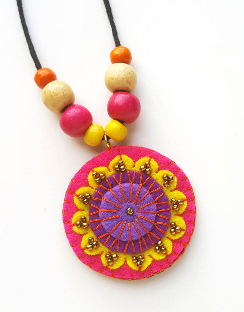 DIY felt necklace tutorial