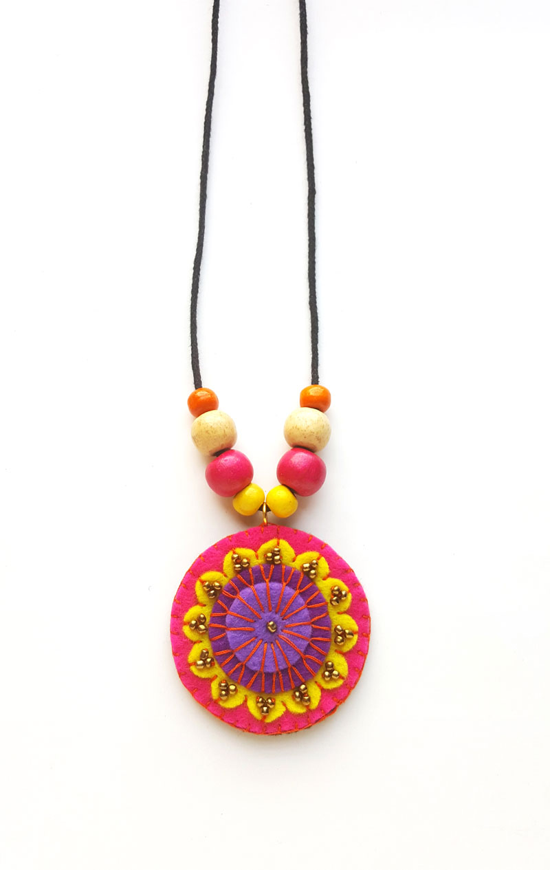 Make a beatiful hand stitched DIY felt necklace -a perfect beginner jewelry making idea and tutorial for teens!