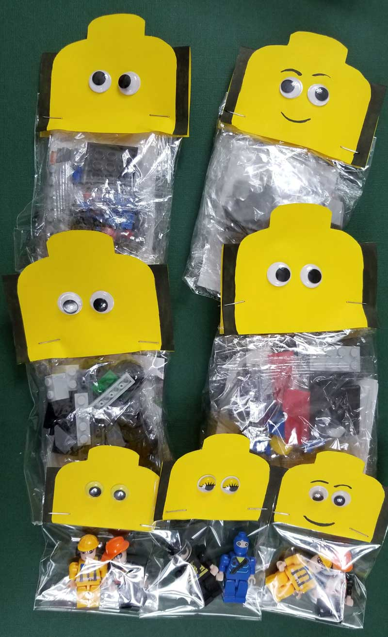 Download these minifigure LEGO inspired treat bag toppers for your next boy's or girls birthday party!